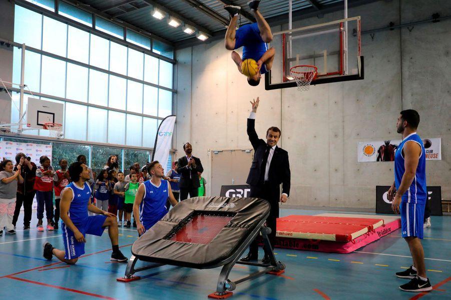 Démonstration de basket pour le président Macron lors d'une visite à Villetaneuse, le 27 février 2018.