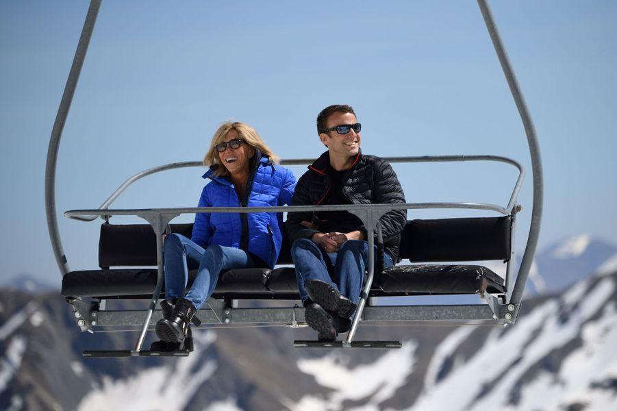 Accompagné de son épouse Brigitte Macron, Emmanuel Macron s'est rendu à la station pyrénéenne de La Mongie, à Bagnères-de-Bigorre.