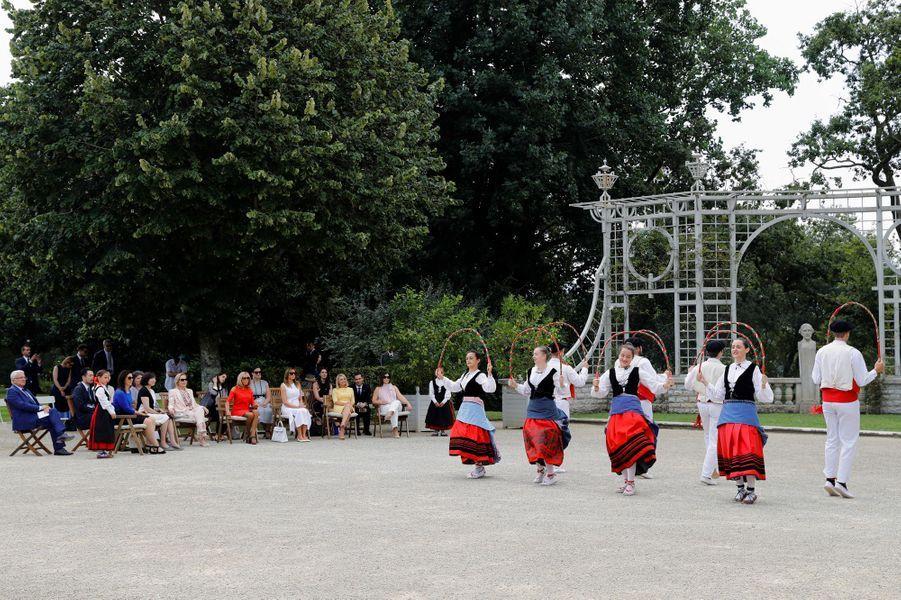 A la villaArnaga,Brigitte Macron et les conjointes des participants au G7 ont été accueillies parl'Aurresku,danse traditionnelle d'honneur.