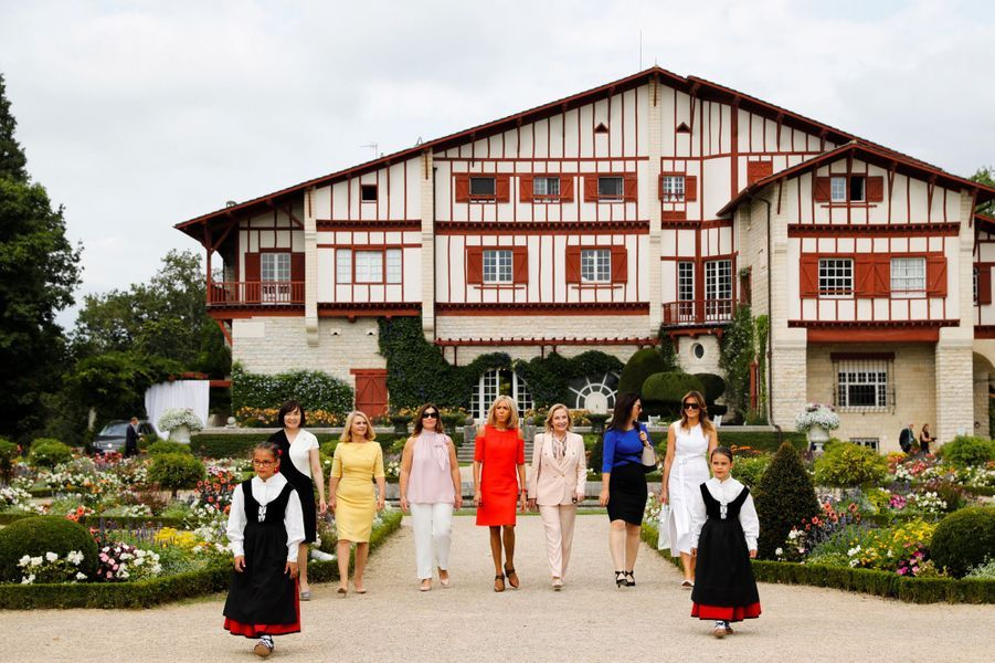 Brigitte Macron et les conjointes des participants au G7 visitentla villa Arnaga, maison d'Edmond Rostand et musée dédié à l'écrivain, àCambo-les-Bains.