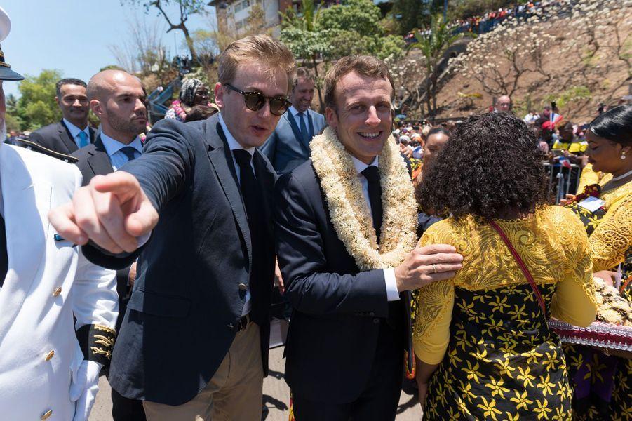 Emmanuel Macron et son chef de cabinet Francois Xavier Lauch, àMamoudzou, mardi.