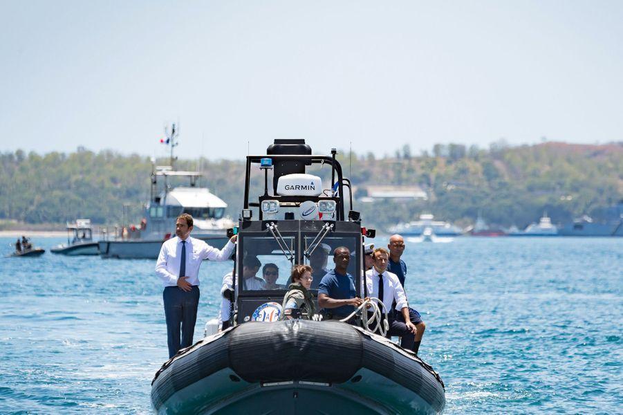 Emmanuel Macron et Christophe Castaneront embarqué à bord d'un navire intercepteur de Shikandra de la police aux frontières.