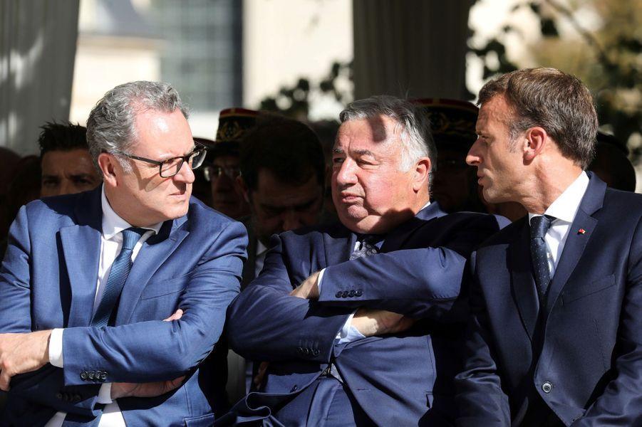 Emmanuel Macron aux côtés des présidents de l'Assemblée nationale et du Sénat.