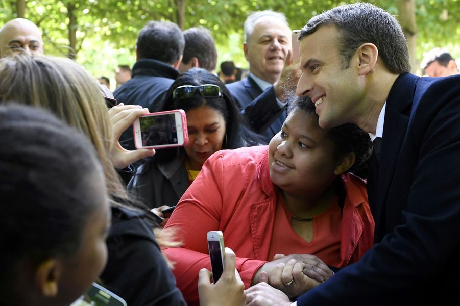 Emmanuel Macron fait un selfie.