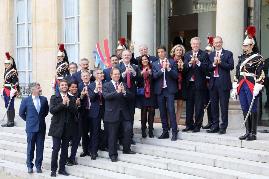 Photo de famille de la délégation française sur le perron de l'Elysée pour fêter le succès de Paris 2024.