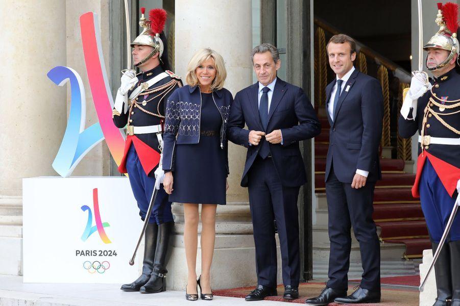 Nicolas Sarkozy est accueilli par Emmanuel Macron et son épouse Brigitte.