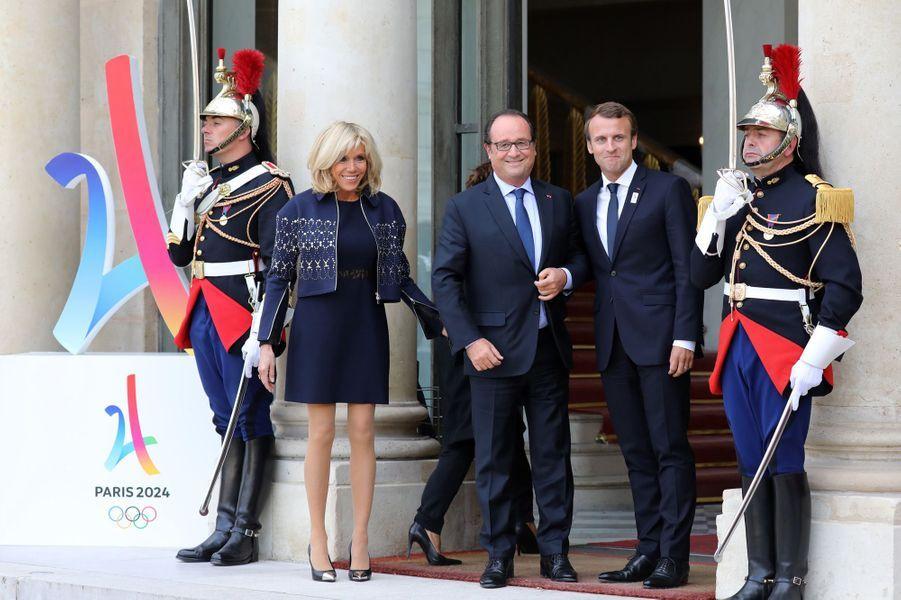 Brigitte Macron, François Hollande et Emmanuel Macron sur le perron de l'Elysée.