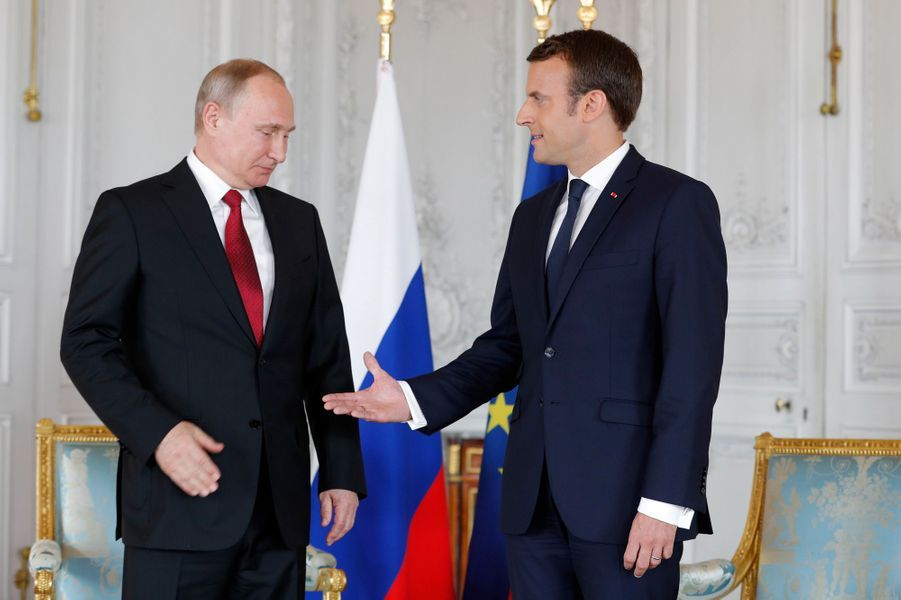 Poignée de mains entre Vladimir Poutine etEmmanuel Macronau château de Versailles.