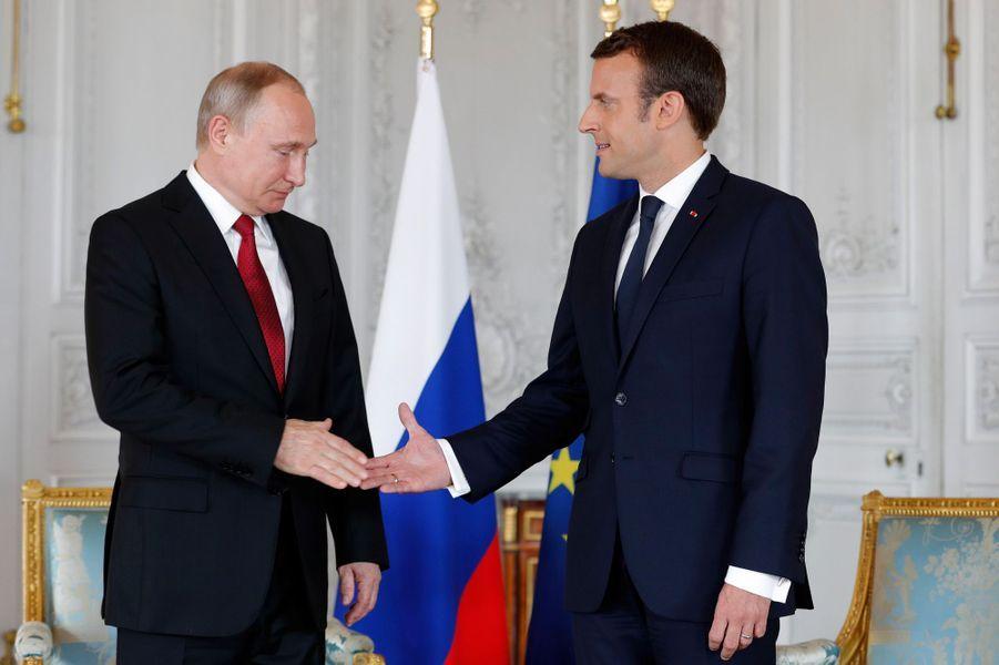 Poignée de mains entreVladimir Poutine etEmmanuel Macronau château de Versailles.