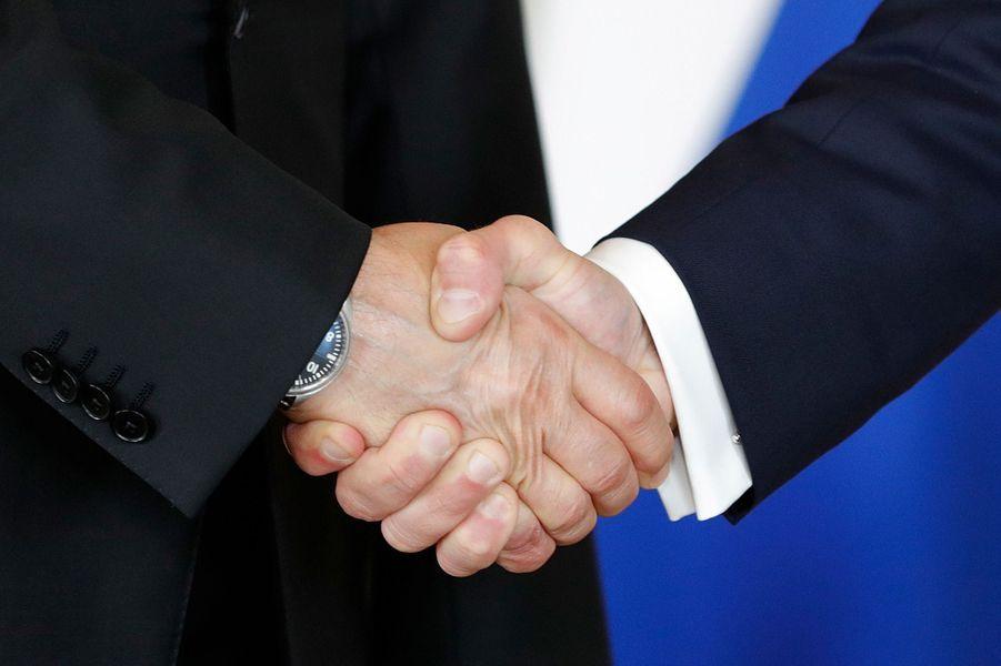Poignée de mains entre Vladimir Poutine etEmmanuel Macron.