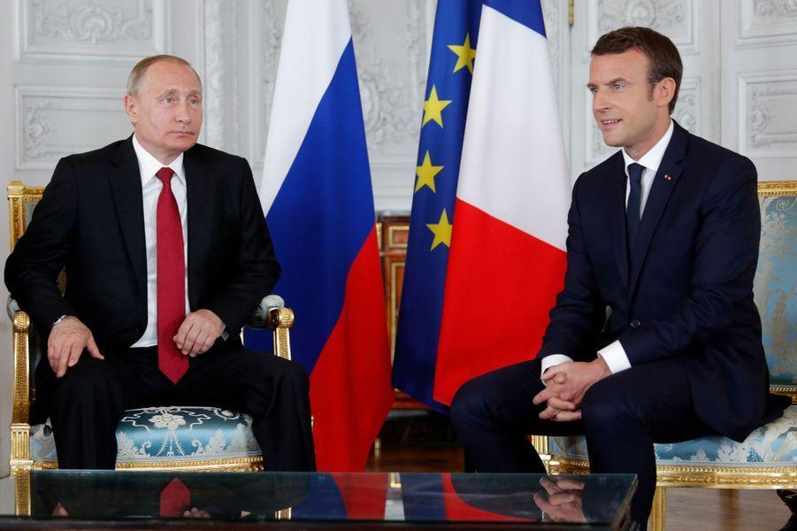 Emmanuel Macron et Vladimir Poutine se rencontrent pour la première fois au château de Versailles.