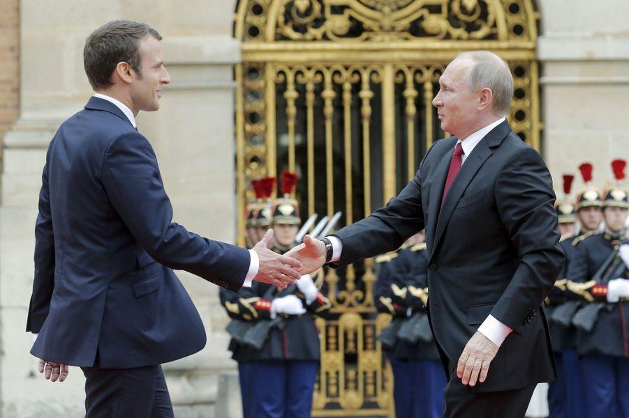 Emmanuel Macron accueille son homologue russe Vladimir Poutine au château de Versailles pour leur première rencontre.
