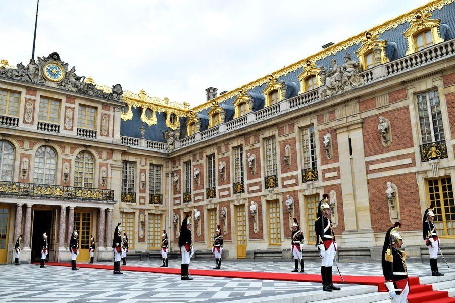 Vladimir Poutine est reçu au château de Versailles pour sa première rencontre avec Emmanuel Macron.