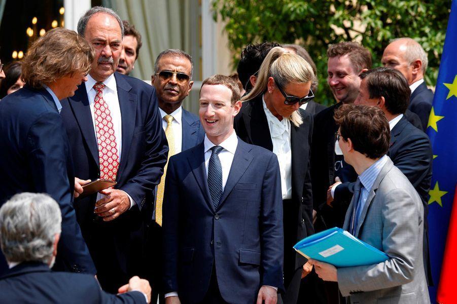 Mark Zuckerberg entouré des participants au sommet Tech for Good à l'Elysée, le 23 mai 2018.