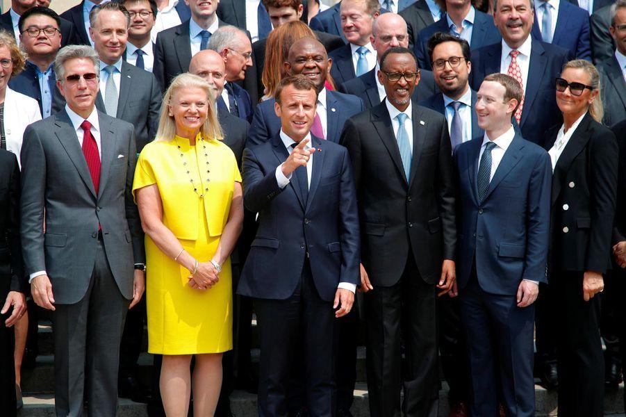 Emmanuel Macron entouré des participants au sommet Tech for Good à l'Elysée, le 23 mai 2018.