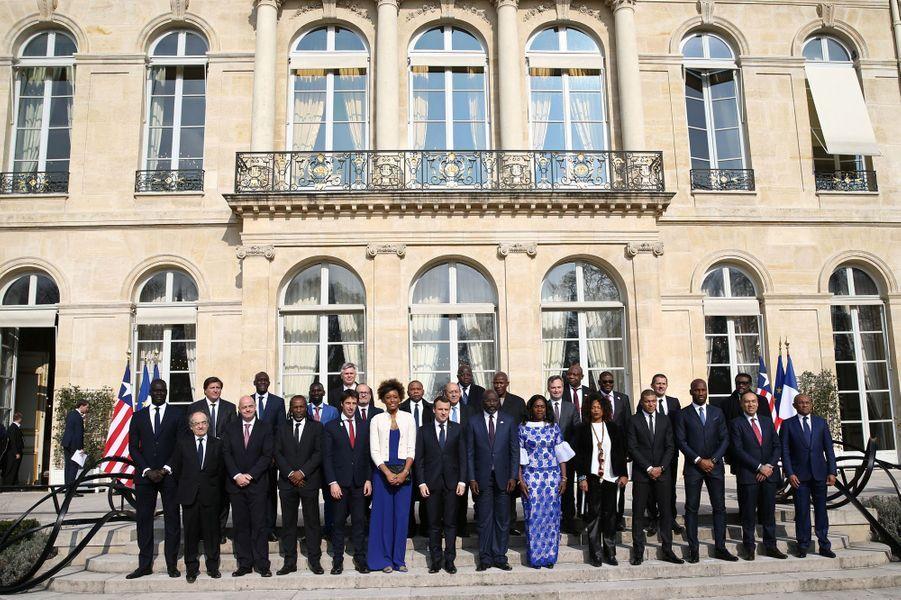 Emmanuel Macron a reçu George Weah pour un déjeuner de travail à l'Elysée en présence notamment de Didier Drogba et Kylian Mbappé.