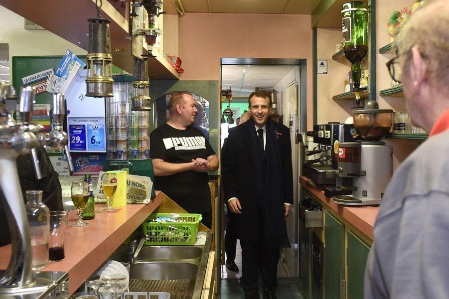 EmmanuelMacrons'est arrêté vendredi dans un bar PMU de Bully-les-Mines, près de Lens.