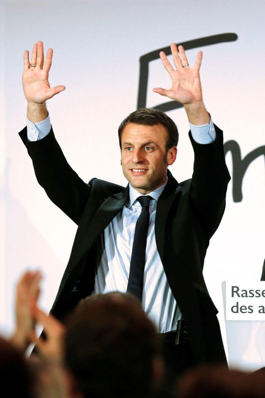 Macron réunit ses troupes et montre ses muscles