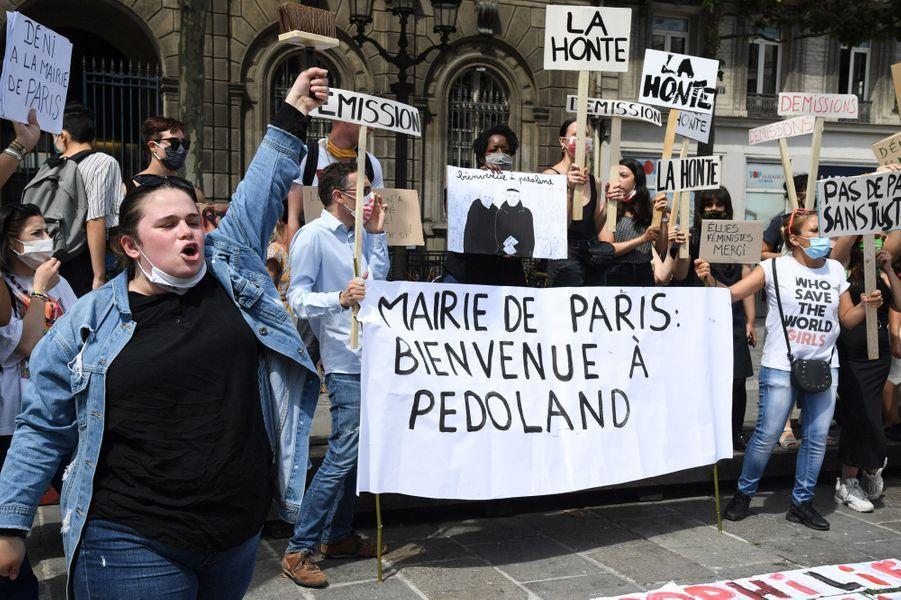Plusieurs dizaines de personnes ont manifesté devant la mairie de Paris pour réclamer la démission de l'adjoint à la Culture, ChristopheGirard.