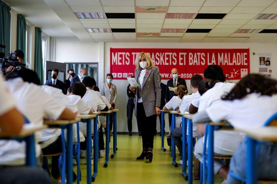 Brigitte Macron lit la dictée d'ELA à une classedu collège Charles Péguy, au Chesnay-Rocquencourt, dans les Yvelines.