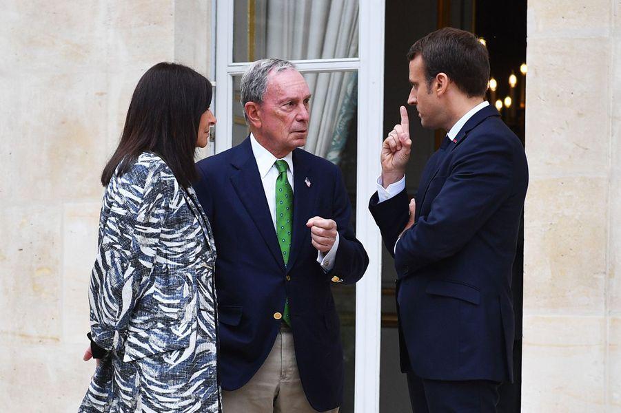 Emmanuel Macron et Anne Hidalgo avec Michael Bloomberg à l'Elysée, le 2 juin 2017.