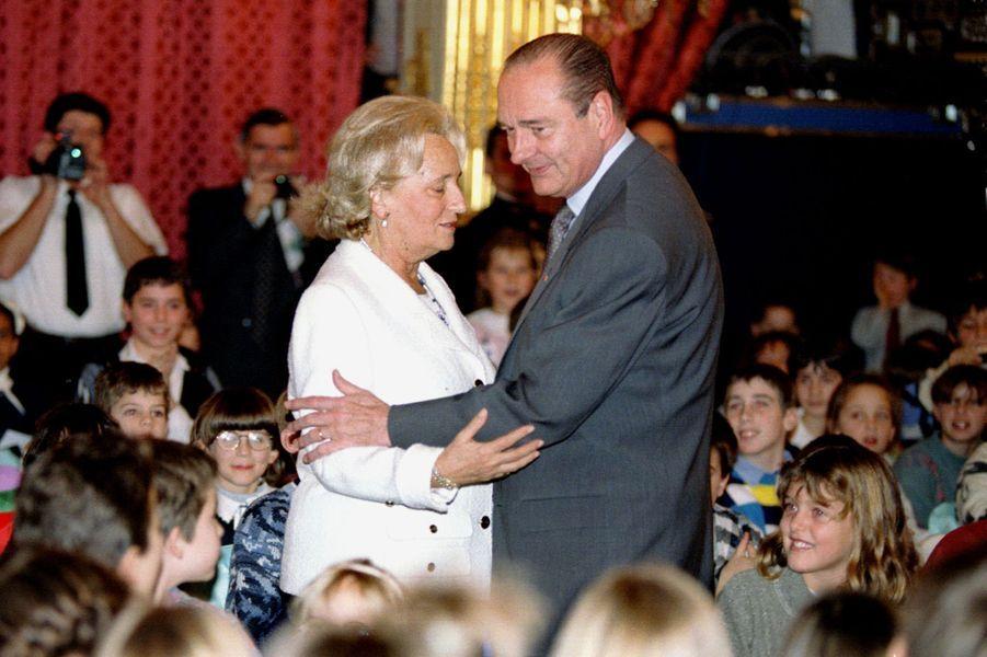 Jacques et Bernadette Chirac lors de l'arbre deNoël de l'Elysée 1995.