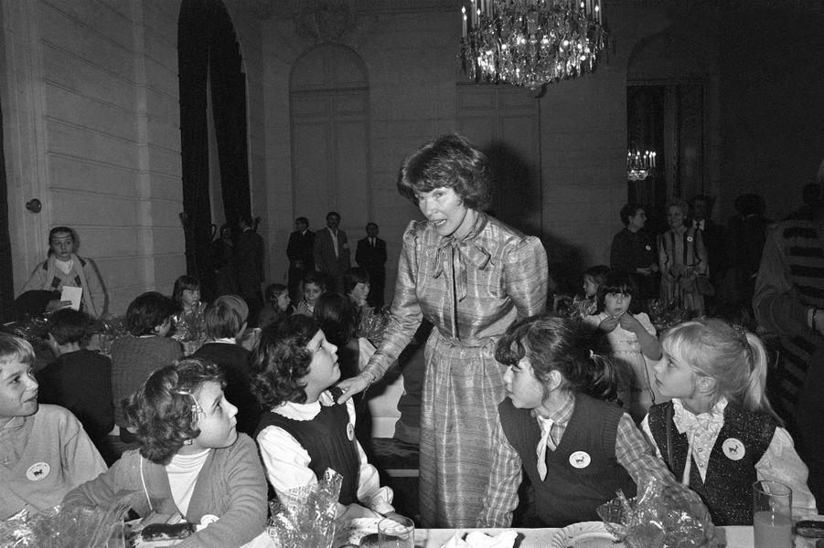 Danielle Mitterrand le 16 décembre 1981 lors de l'arbre deNoël de l'Elysée.