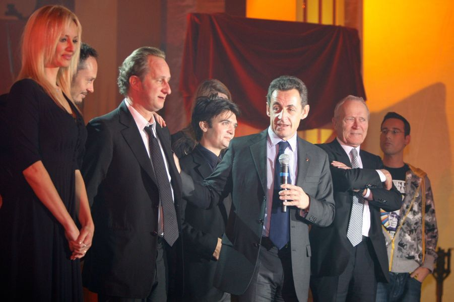 Nicolas Sarkozy en compagnie de l'équipe d' «Asterix». Ici, Adriana Karembeu, Benoit Poelvoorde et Thomas Langmann sont aux côtés du président pour l'arbre deNoël 2007.