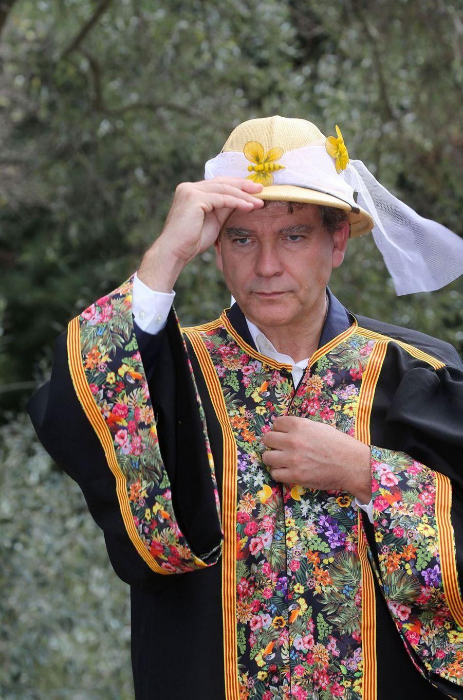 A Saint-Michel-de-Llotes, début septembre, Arnaud Montebourg a été élevé au rang de chevalier «premier grade» des goûteurs du miel de Pyrénées-Roussillon.
