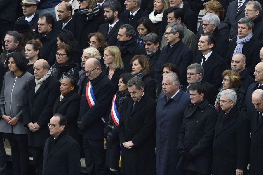 Nicolas Sarkozy se recueille durant l'hommage rendu aux victimes des attaques du 13 novembre, aux Invalides.