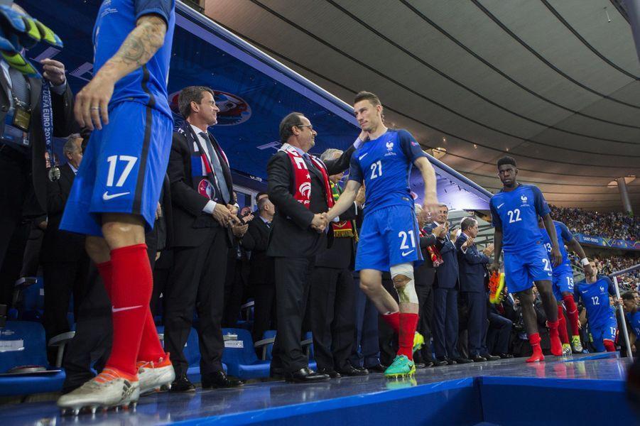 Laurent Koscielny serre la main du Président
