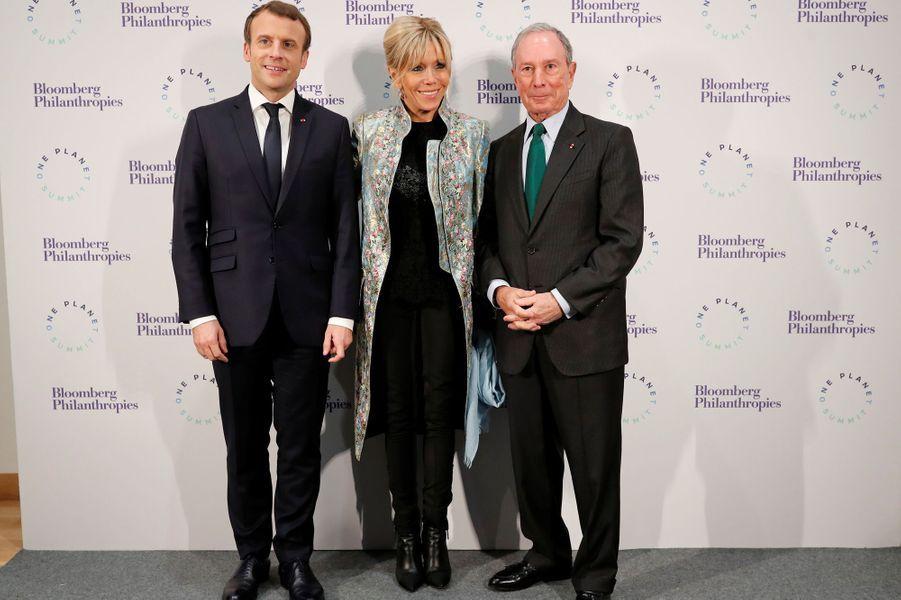 Emmanuel et Brigitte Macron en compagnie de Michael Bloomberg au Grand Palais, lundi soir.