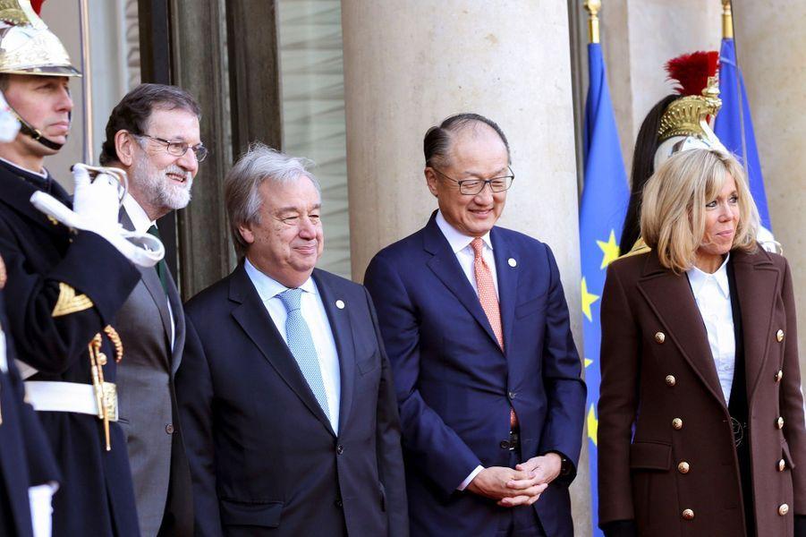 Mariano Rajoy sur le perron de l'Elysée en compagnie d'Antonio Guterres, Jim Yong Kim et Brigitte Macron.