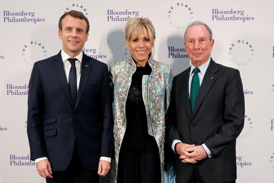Emmanuel et Brigitte Macron en compagnie deMichael Bloomberg au Grand Palais, lundi soir.