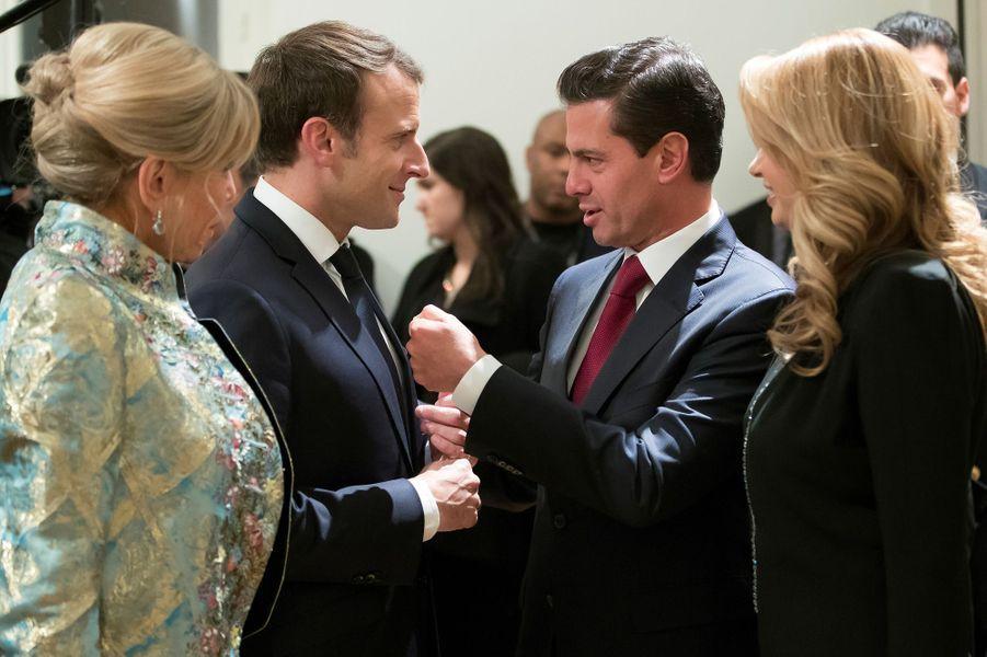 Emmanuel et Brigitte Macron en compagnie d'Enrique Pena Nieto et de son épouse Angelica Riveraau Grand Palais, lundi soir.