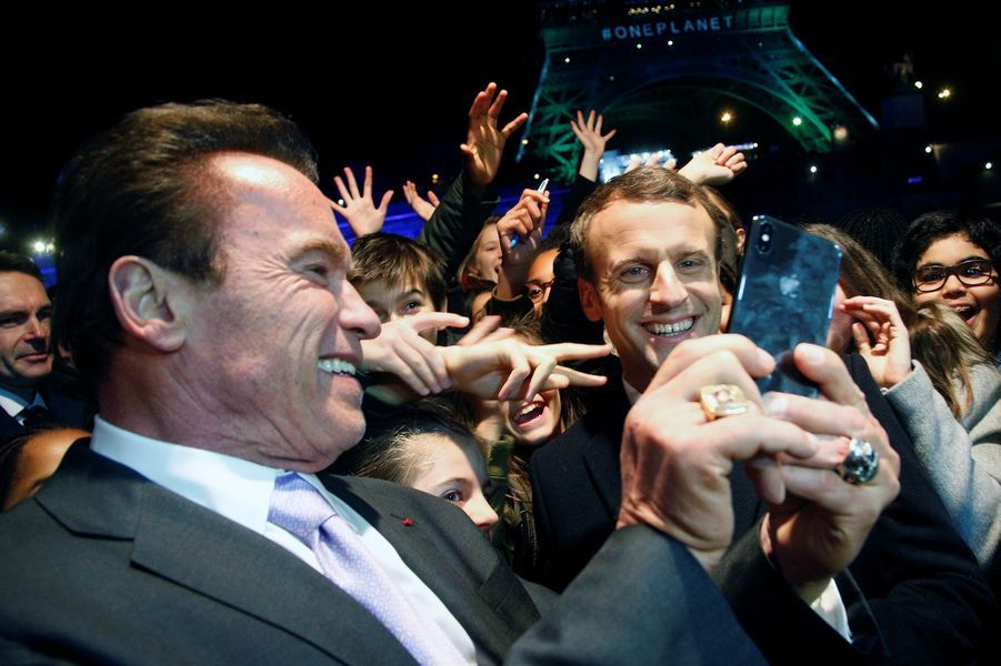 Emmanuel Macron et Arnold Schwarzenegger font des selfies à la Tour Eiffel.