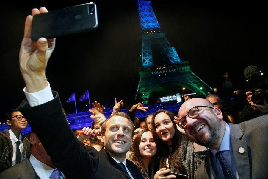 Emmanuel Macron et Charles Michel font des selfies à la Tour Eiffel.