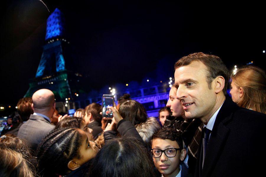 Emmanuel Macron au pied de la Tour Eiffel avec des enfants «représentant les générations futures».