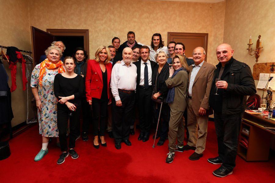 Emmanuel Macron et son épouse Brigitte avec les comédiens de la pièce«Le Tartuffe», samedi 14 octobre.