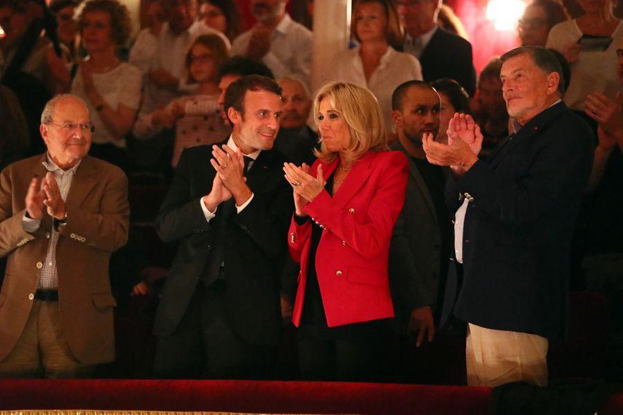 Le couple présidentiel est assis entre Marc Ladreit de Lacharrière (à gauche) et Jean-Claude Camus (à droite).