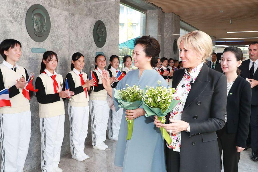 Brigitte Macron et Peng Liyuanont visité ensemble l'école de langues étrangères de Shanghai.