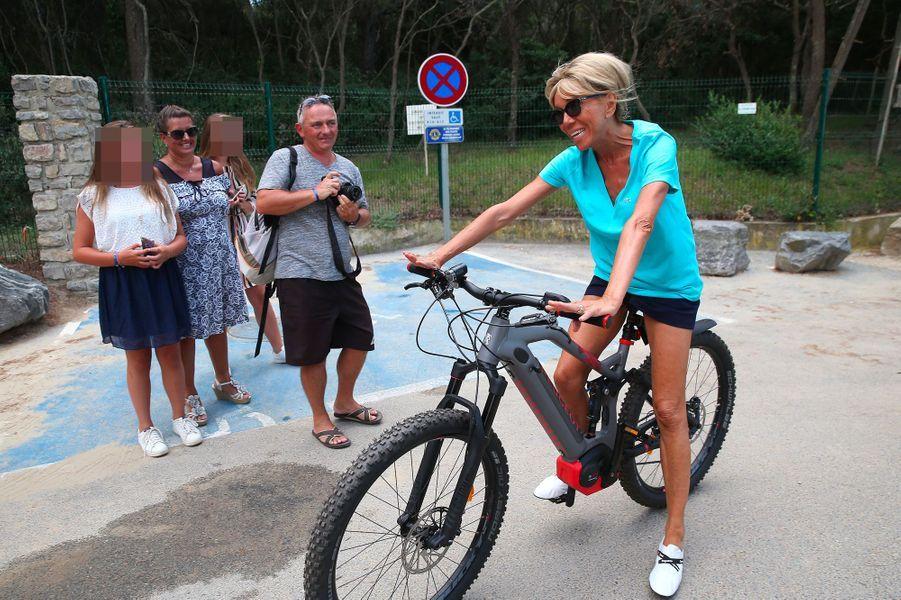 Excursion en vélo électrique pour Brigitte Macron, mardi.