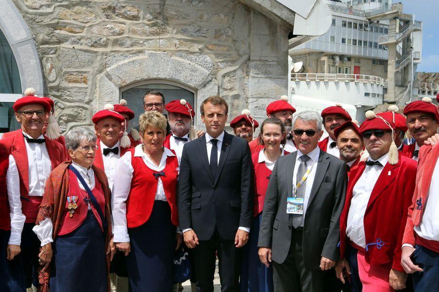 Emmanuel Macron etMichel Pelieu président du conseil départemental des Haute-Pyrénées posent en compagnie d'un chœur bigourdan dans le cadre de l'inauguration de nouveaux équipements au Pic du Midi.