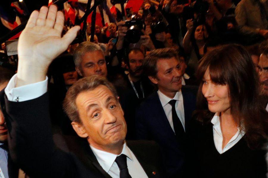 Nicolas Sarkozy et Carla Bruni-Sarkozy remercient les militants.