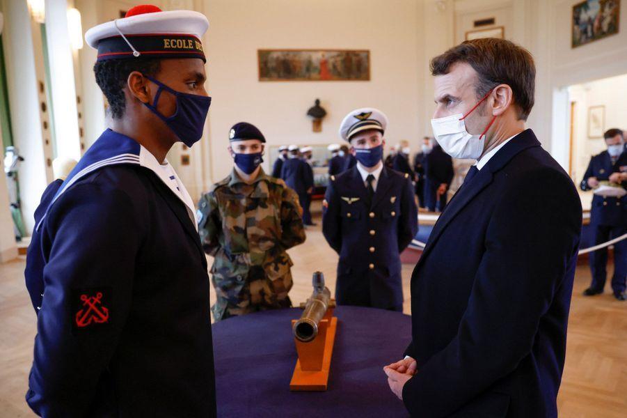 Emmanuel Macron arencontré des mousses, mardi à Brest.