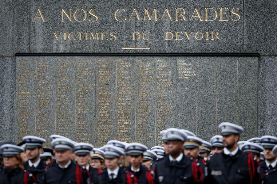 L'hommage aux quatre fonctionnaires tués jeudi dernier s'est déroulé dans la cour de la préfecture de police de Paris.