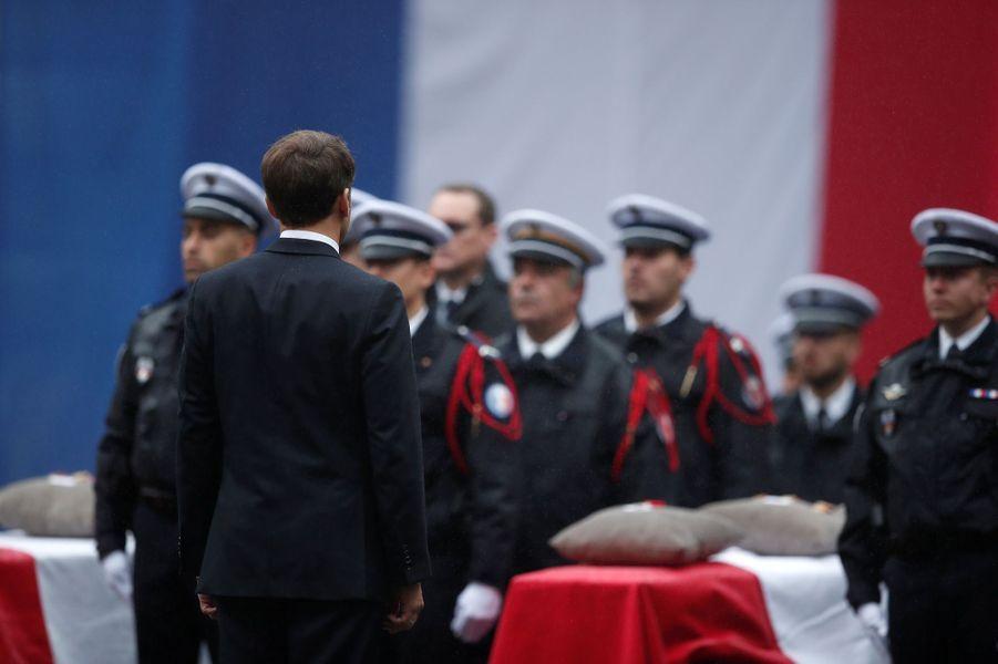 Emmanuel Macrona rendu hommage aux quatre fonctionnaires de la préfecture de police de Paris tués par leur collègue radicalisé.