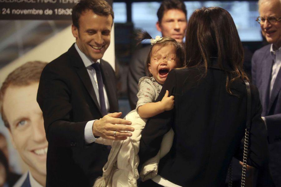 Première séance de dédicaces mouvementée pour Emmanuel Macron