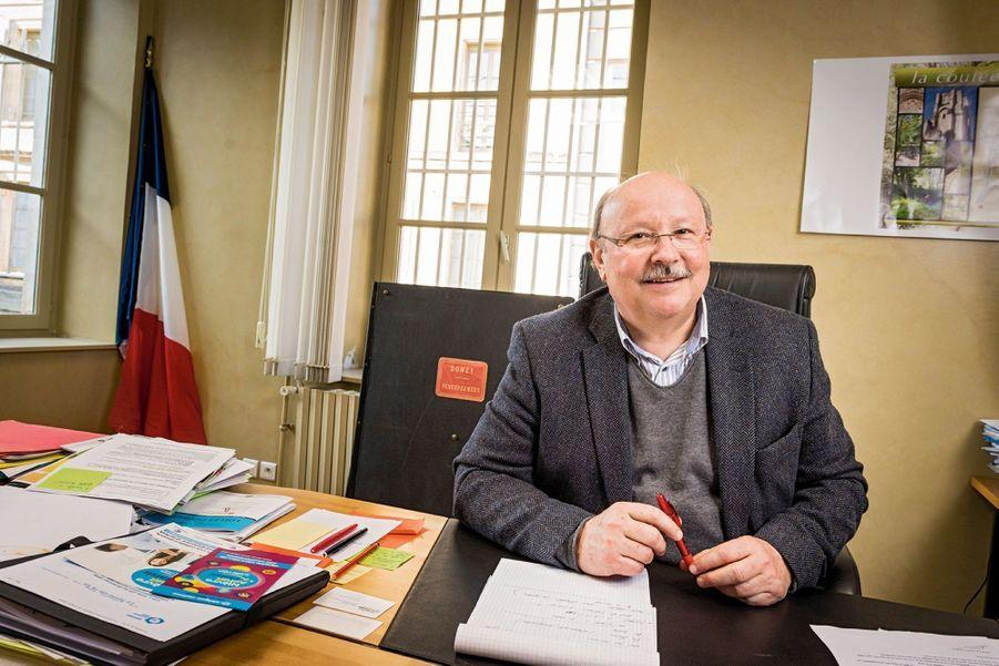 JEAN-PAUL JACOB, notaire et maire divers droite « Le scrutin est imprévisible », dit l'édile, qui a parrainé Rama Yade. Comme elle n'a pas obtenu les 500 signatures pour pouvoir se présenter, il votera Fillon.