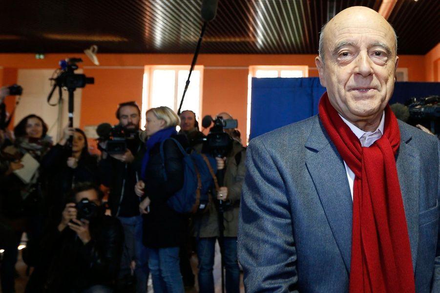 AlainJuppé au bureau de vote de la Chartreuse Saint-André dans le quartier de Caudéran, à l'ouest de Bordeaux.